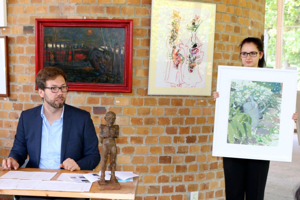 16-09-25_4791_Kunstauktion_Torsten-Priem-und-Monique-mit-Margeritentopf-von-Sabine-Curio_klein